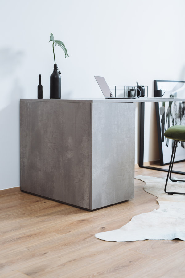 Schreibtisch nach Maß in Betonoptik mit Schrank