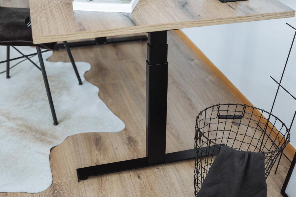 Robuster regionaler Stahl beim höhenverstellbaren Schreibtisch. Farbe schwarz